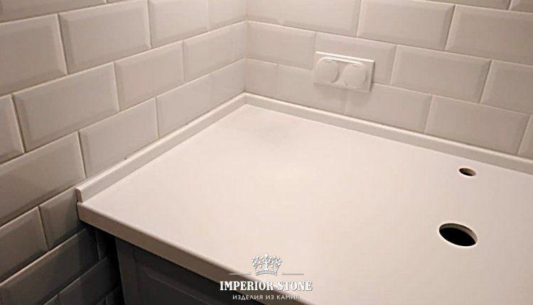 Светлая столешница в ванну - фото