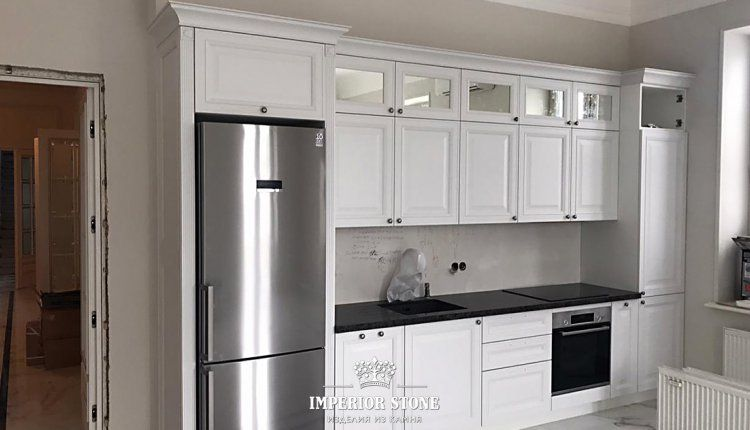 Белая кухня с черной столешницей - фото