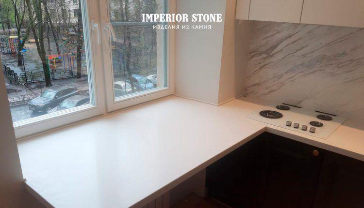 Белая каменная столешница на кухню - фото