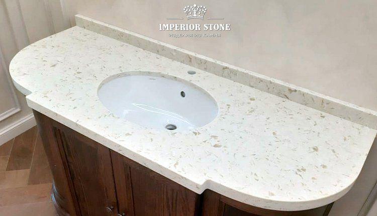 Столешница из светлого искусственного камня для ванной - фото