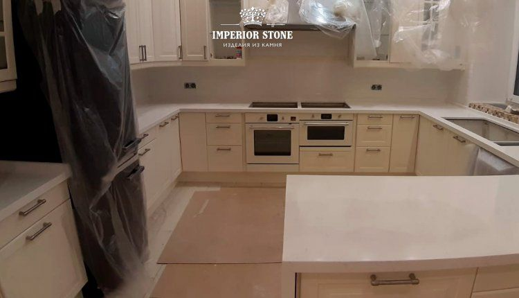 Столешница с барной стойкой из кварца TechniStone Areti Bianco Noble Collection - фото