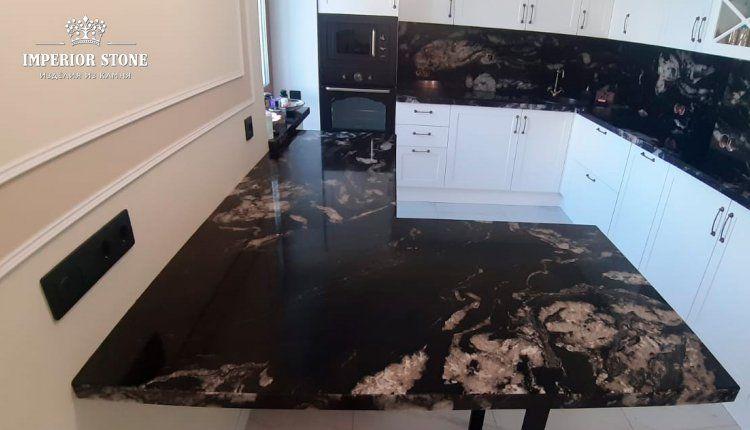 Черная гранитная столешница на кухню - фото