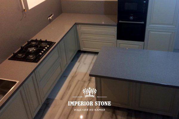 Наш новый монтаж: г-образная столешница с кухонным островом из кварцевого агломерата TechniStone Brilliant Grey Starlight Collection на кухню