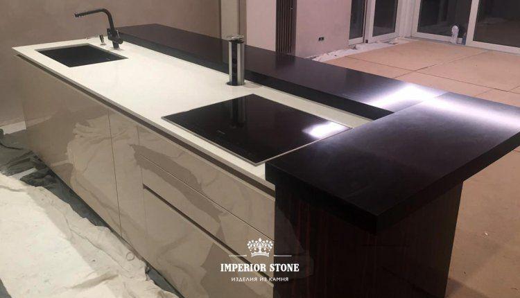 Черно-белая столешница на кухне - фото