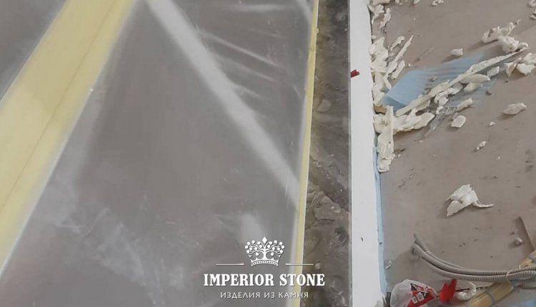 Узкий подоконник из искусственного камня - фото
