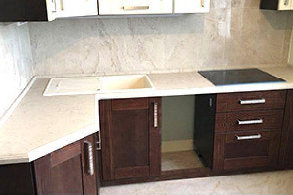 Наши монтажи - выполнена новая красивая работа по установке Г-образной столешницы на кухню из кварцевого агломерата CaesarStone 5212 Taj Royal