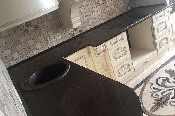 Коричневая столешница на кухню из кварцевого агломерата Technistone Brown Starlight. Наши монтажи