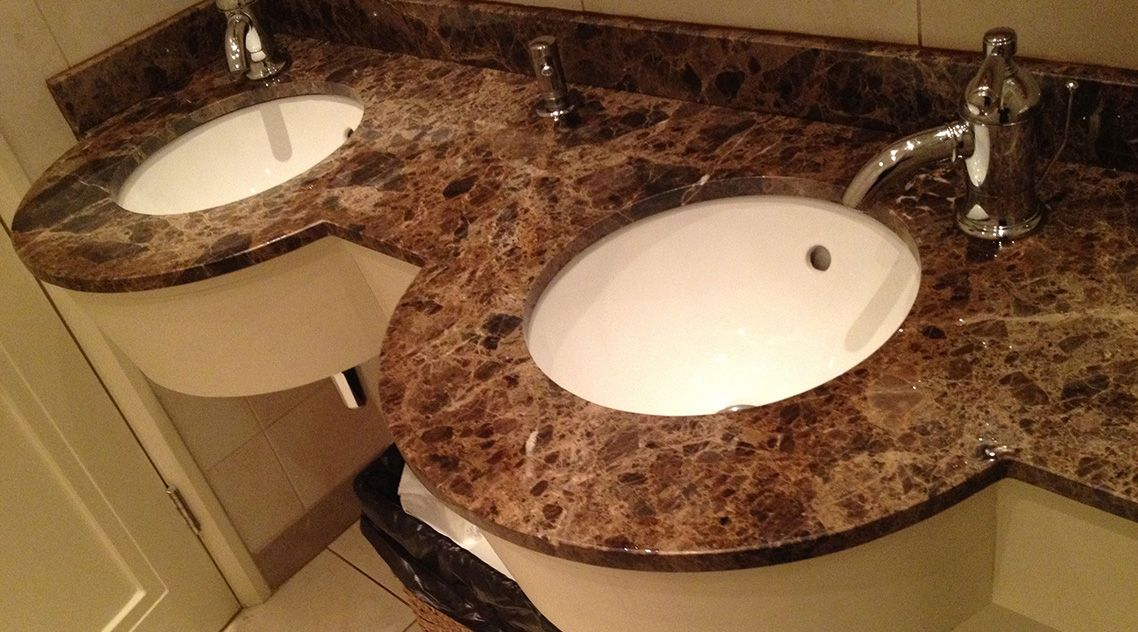 Столешница из камня для ванной с двумя раковинами