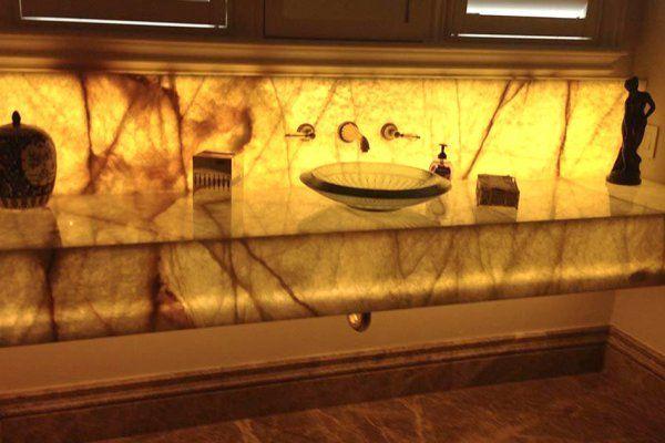 Столешница из оникса для ванной