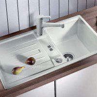 Белые и черные мойки для кухни из искусственного камня - фото