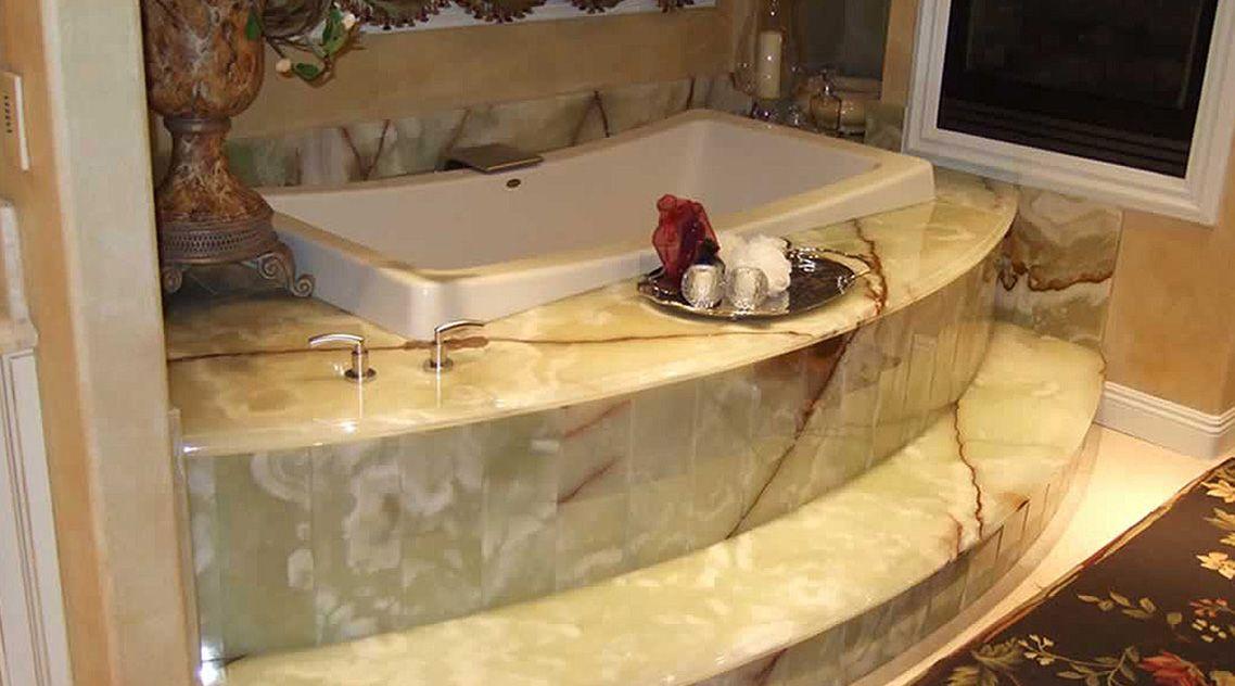 Отделка ванной ониксом