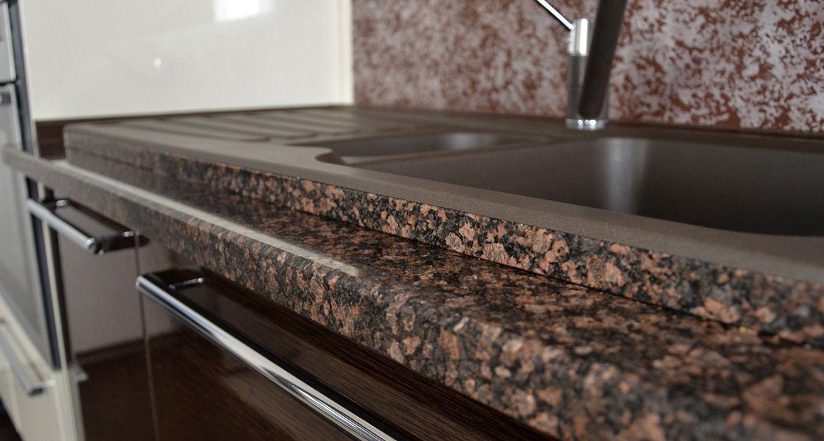 Столешница из акрилового камня с коричневой гранитной текстурой