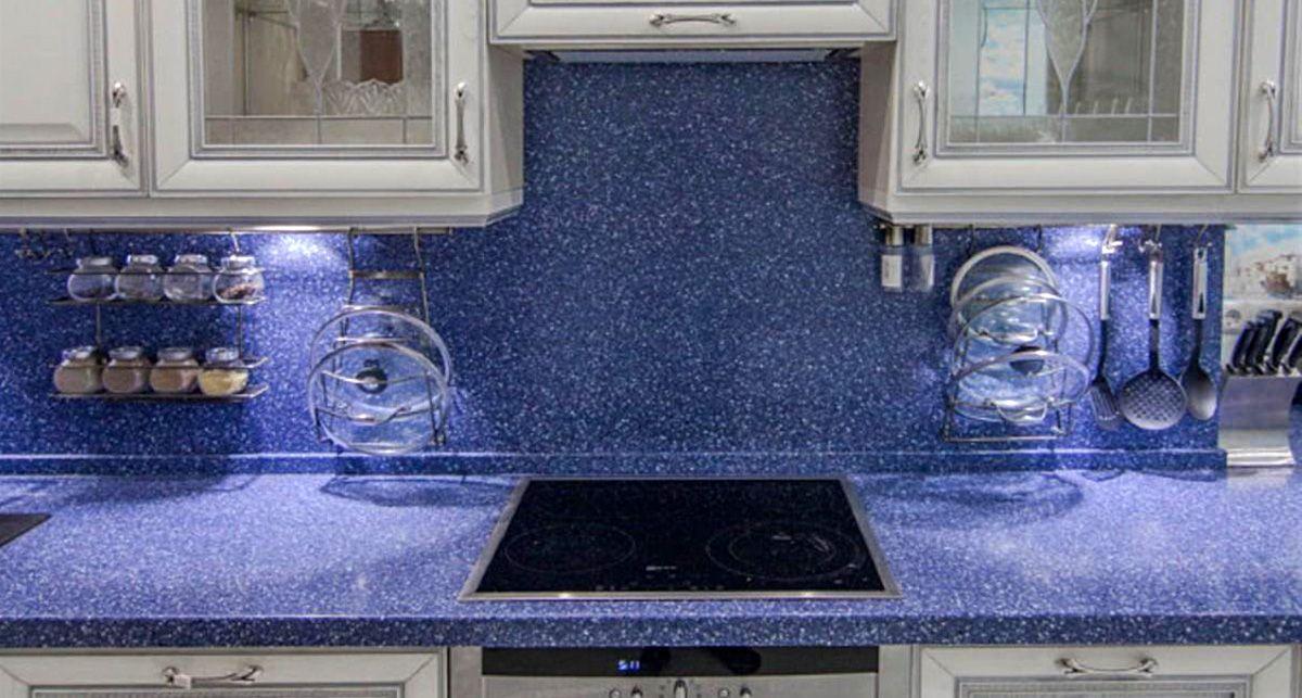 Синий цвет столешницы в интерьере успокаивает и настраивает на позитивный лад