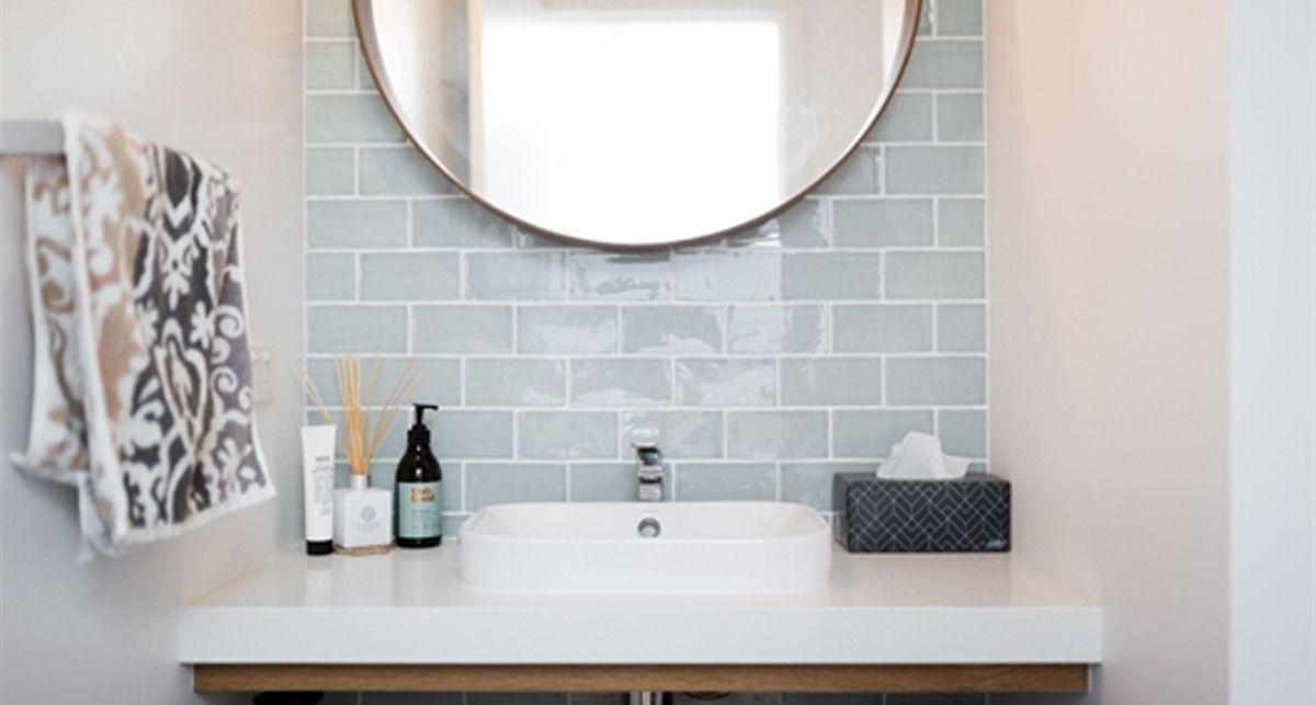 Caesarstone 2141 Snow столешница в ванной