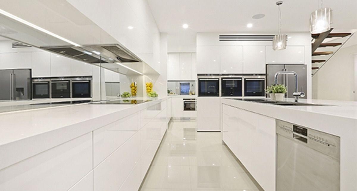 Caesarstone 2141 Snow столешница на кухне
